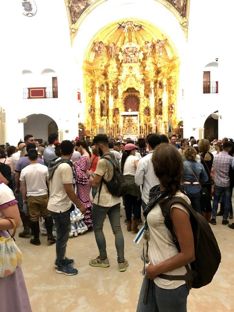 Y aquí estoy, dos días después, ¡frente a la virgen del Rocío