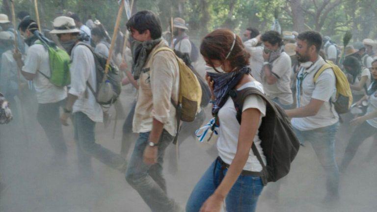 Peregrinos de la Hermandad de Huelva caminando hacia la aldea del Rocío