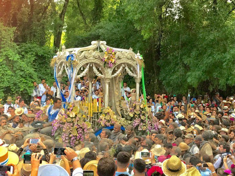 peregrinos llegando a la charca junto al Simpecado de Huelva