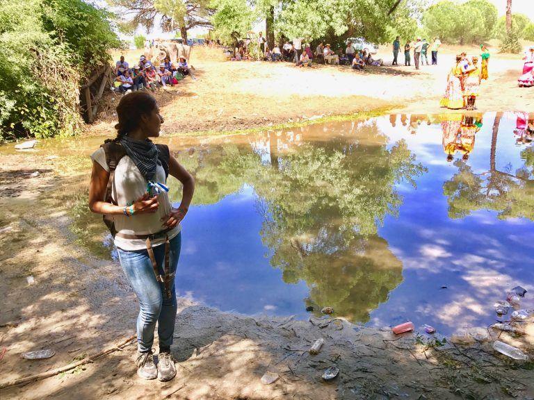 Esperando al Simpecado aproveché para hacerme esta bonita foto con el reflejo en la charca, camino del Rocío