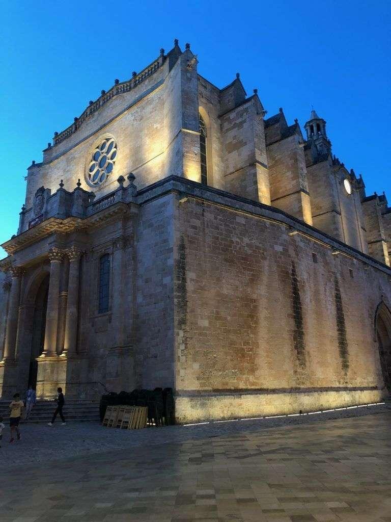 Catedral de Ciudadela de Menorca iluminada de noche
