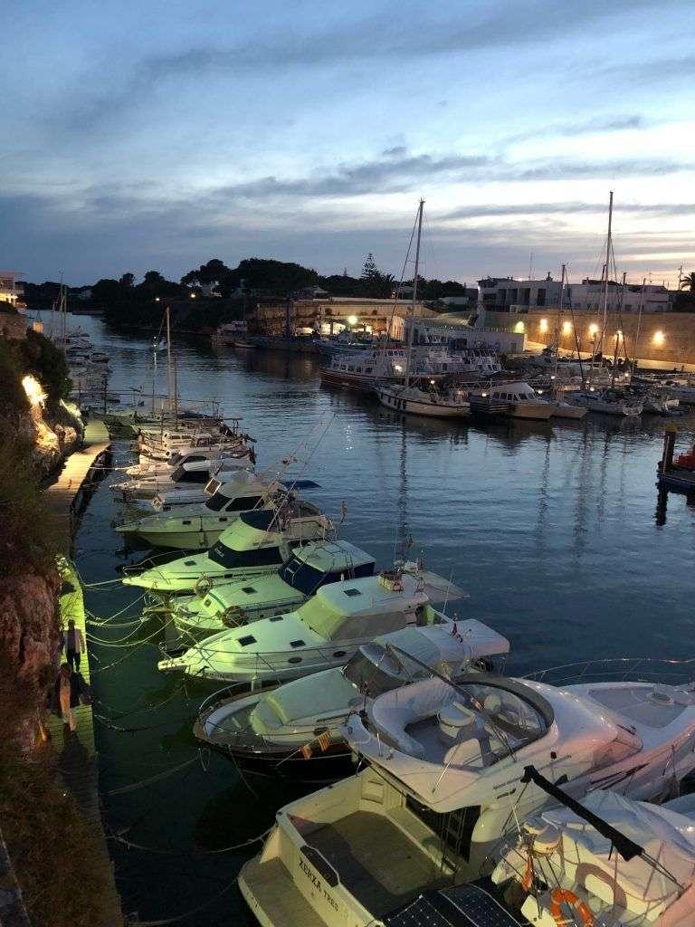 Iluminación del Puerto de Ciudadela al atardecer