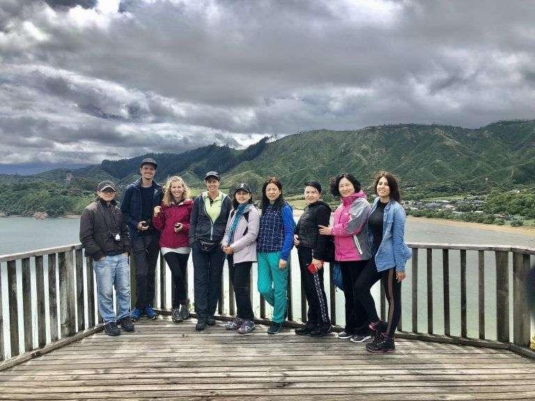 Grupo de Tasman Tours en el mirador del Abel Tasman Memorial