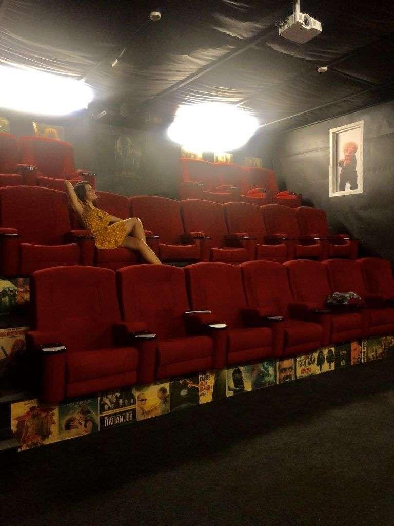 Sala de cine dentro del hostel Adventure Inn en Marahau