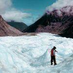 Vista de un grupoVistas desde Fox Glacier a lo lejos haciendo el Heli Hike por otra parte del glaciar