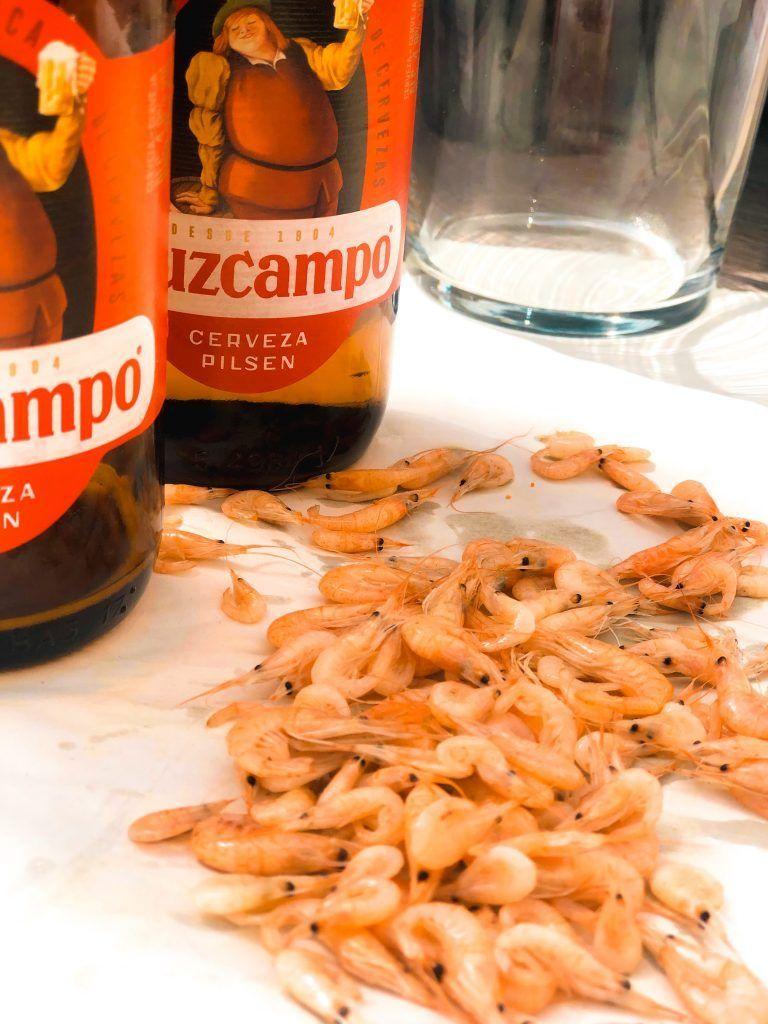 Comer camarones en la Calle Ancha, una de las cosas que tienes que hacer en Punta Umbría