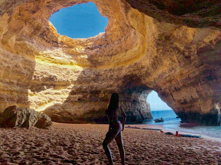 Interior de la Cueva de Benagil, lugares imprescindibles del Algarve Portugués