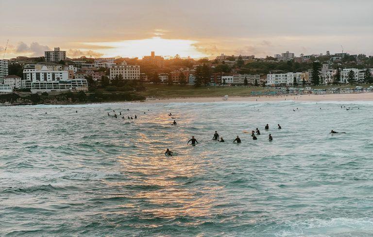 Surfers en Bondi al atardecer